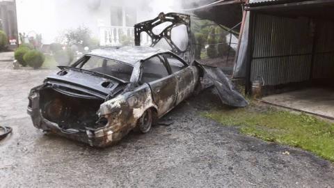 Nocny pożar w Posadowej Mogilskiej. Zapalił się samochód zaparkowany w garażu