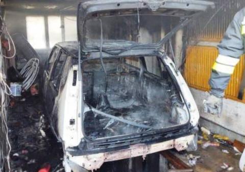 Pożar w Nowym Sączu przy ul. Księżycowej. Spłonął samochód zaparkowany w garażu