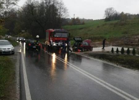 Naściszowa: Zderzyły się osobówki. Auto niebezpiecznie zawisło nad rzeką