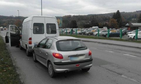 Karambol na ul. Nowochruślickiej. Roztrzaskane trzy samochody