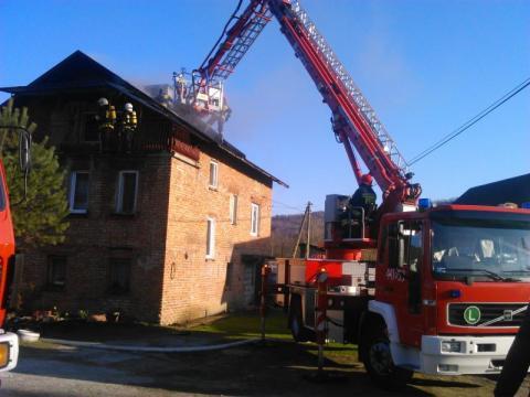 W gminie zawyły syreny. Palił się dom. Ogień wybuchł wczesnym rankiem [ZDJĘCIA]