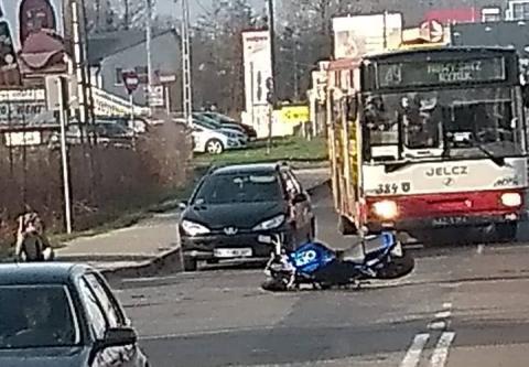 Kraksa na ul. Węgierskiej. Motocyklista wyprzedzał autobus i zderzył się z samochodem