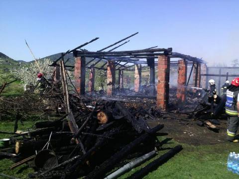 Strażacy przez dwie godziny walczyli z ogniem. W Łukowicy płonę budynki gospodarcze