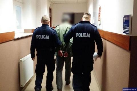 58-letni nauczyciel, który pracował w jednej ze szkół na terenie powiatu nowosądeckiego, usłyszał zarzuty. Mężczyzna jest podejrzany o molestowanie swojej 13-letniej uczennicy.