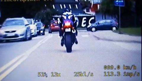 Uciekał na motocyklu. Mamy nagranie z policyjnego pościgu [WIDEO]