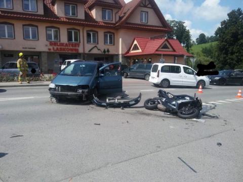 Motocyklista zderzył się z Volkswagenem. Podróż zakończyła się w szpitalu