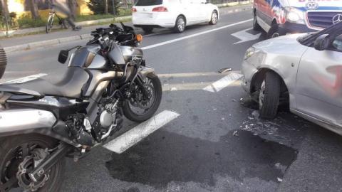 Dramatyczny wypadek na ul. Tarnowskiej. Ranny motocyklista leżał na jezdni