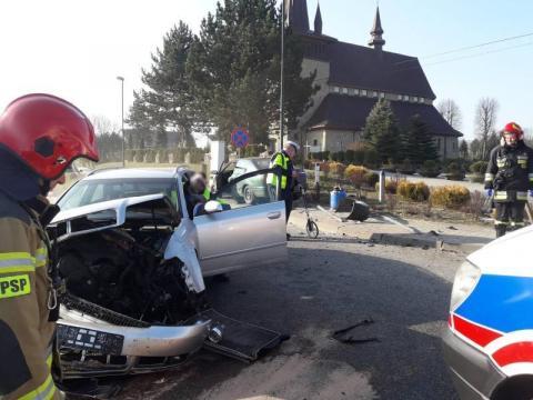 Mieli strasznego pecha. Ich samochody zderzyły się obok kościoła w Zawadzie