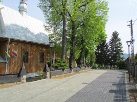 Okolica zabytkowego kościoła w Rożnowie po remoncie zachwyca turystów