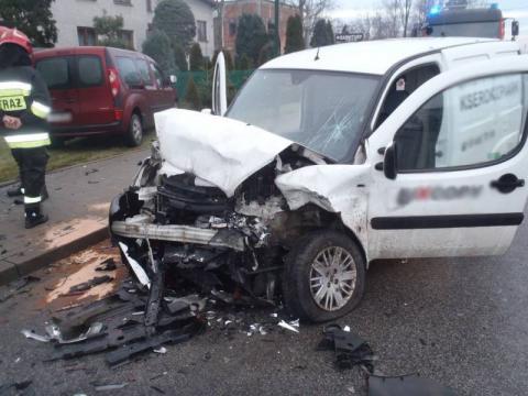 Na ul. Nawojowskiej zderzyły się dostawczaki. Dwie osoby trafiły do szpitala