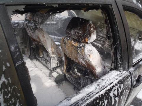 Pasażerowie musieli uciekać z płonącego auta. Samochód spłonął doszczętnie