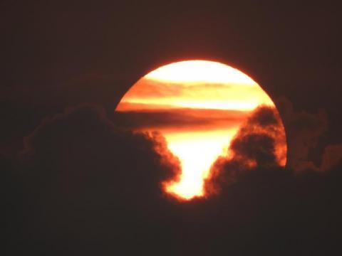 Czarne chmury w objęciach słońca