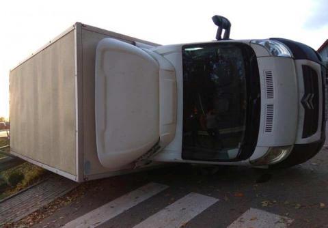 Poranna kraksa w Biesnej. Dostawczak przewrócił się na barierę
