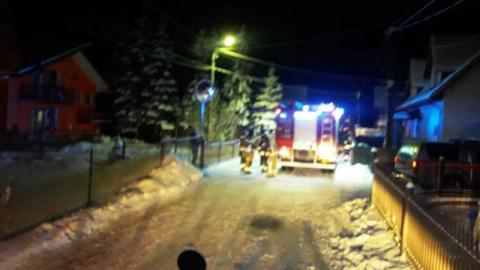 W nocy w Muszynie płonął budynek. Strażacy gasili pożar wodą i śniegiem