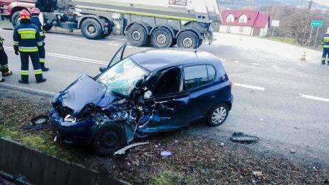 Osobówka w starciu z ciężarówką. Ciężarna kobieta trafiła do szpitala