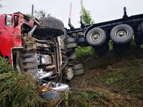 Zabrzeż: ciężarówka wypadła z drogi i staranowała ogrodzenie [ZDJĘCIA]