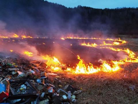 Na Sądecczyźnie wciąż płoną suche trawy. Strażacy jeżdżą od pożaru do pożaru