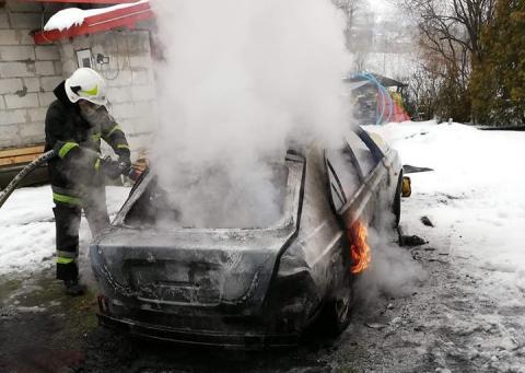 Samochód stanął w płomieniach. Z pojazdu został jedynie wrak