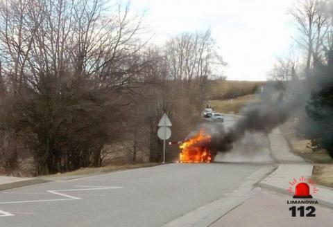 Samochód zapalił się w trakcie jazdy. Kierowca musiał uciekać z płonącego auta