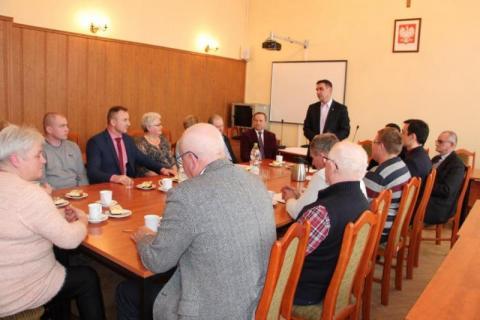 Burmistrz Piwnicznej-Zdroju tłumaczy się rodzicom z likwidacji przedszkoli