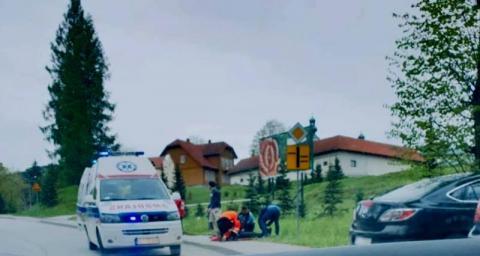Dramatyczny wypadek w Tymbarku. Starsza kobieta potrąciła pieszego i uciekła