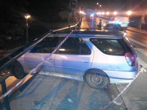 Co się działo w nocy na ul. Lwowskiej? Samochód zawisł na barierkach