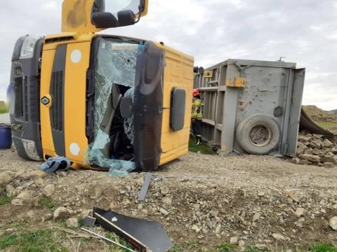 Wypadek w Rdziostowie. Ciężarówka przewróciła się podczas rozładunku kruszywa