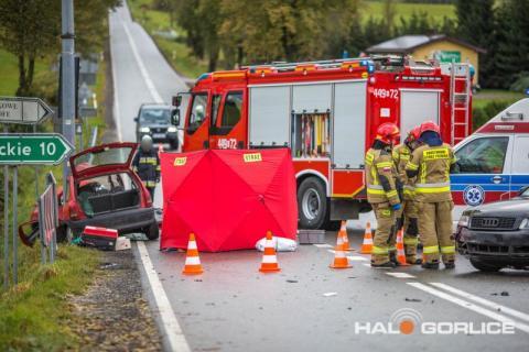 Koszmarny wypadek w Gładyszowie. Nie żyją dwie osoby [ZDJĘCIA]