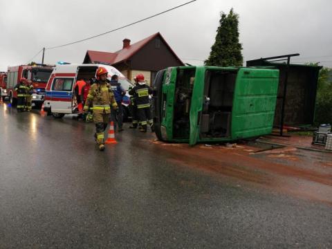 Utrudnienia na drodze w Pisarzowej. Samochód dostawczy uderzył w drewniany dom