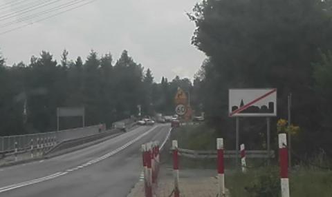 Samochód uderzył w bariery drogowe. Na drodze krajowej były utrudnienia