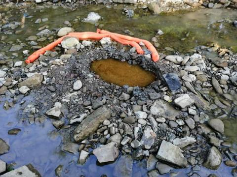 W Ropicy Górnej z ziemi trysnęła ropa. Strażacy zabezpieczyli substancję