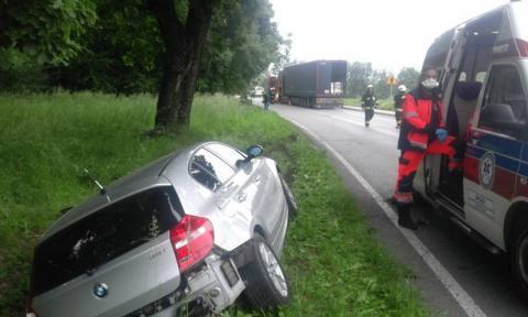Wypadek w Łososinie Dolnej. BMW zderzyło się z ciężarówką i wylądowało w rowie