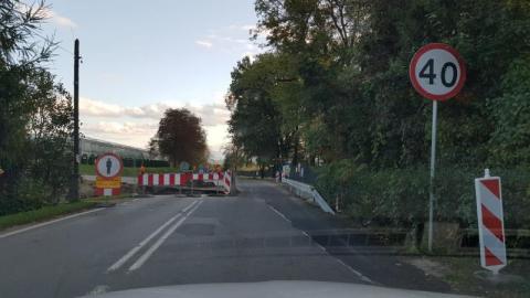 Trwa przebudowa mostku w Dąbrowie. Noga z gazu