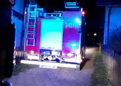 Nocna akcja ratunkowa w Piwnicznej. Pomagali staruszce, której pękł żylak