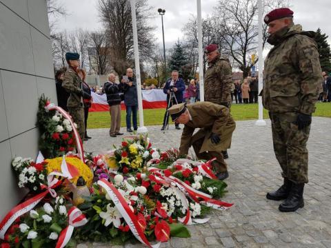 Kwiaty pod pomnikiem Józefa Piłsudskiego, fot. Iga Michalec