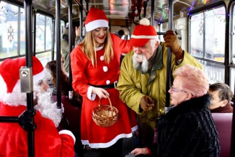 Święty Mikołaj w miejskim autobusie