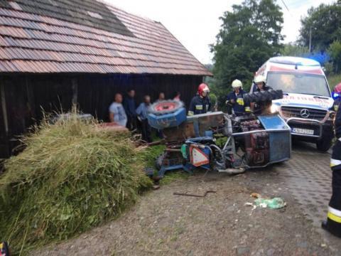 Podczas prac polowych przewrócił się traktor. Rolnik miał sporo szczęścia