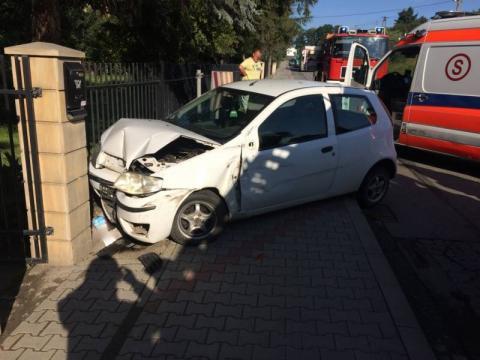 Samochód wypadł z drogi. Zatrzymał się na betonowym ogrodzeniu
