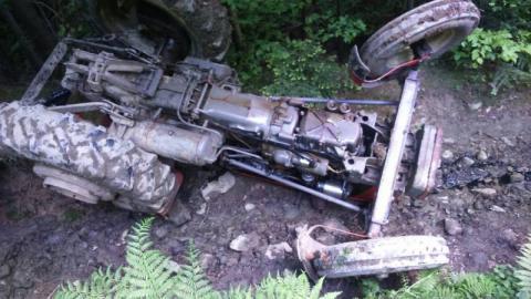 Skrzydlna: zmarł mężyczna, który został przygnieciony przez traktor