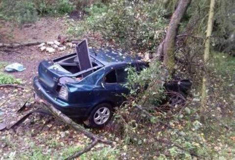 Na długo zapamiętają ten dzień. Ich samochód wypadł z drogi i uderzył w drzewo