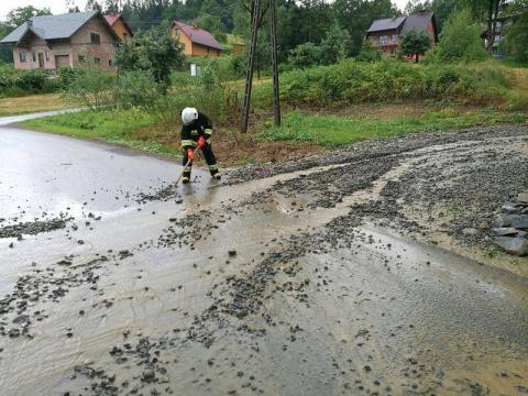 Pioruny waliły w transformatory, ulewa podtopiła drogi