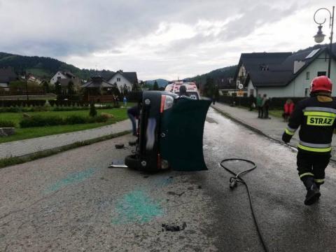 Kraksa w Powroźniku. Poszkodowana osoba uwięziona w samochodzie