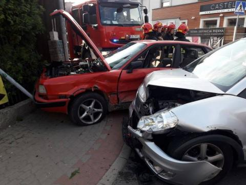 Czołowe zderzenie na ul. Głowackiego. Autami jechały trzy osoby