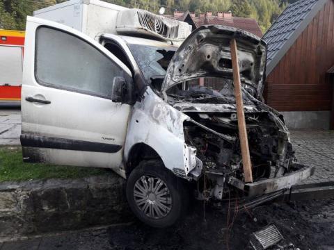 W Kosarzyskach palił się samochód dostawczy. Co było przyczyną pożaru?
