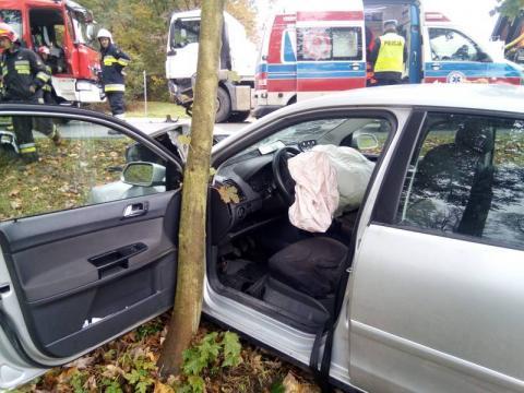 Samochód zderzył się z ciężarówką. Droga jest już przejezdna [ZDJĘCIA]
