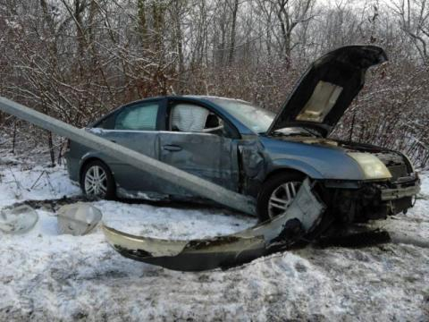 Nowy Sącz: auto wyleciało z drogi i zawisło na latarni. Kto mu pomógł?