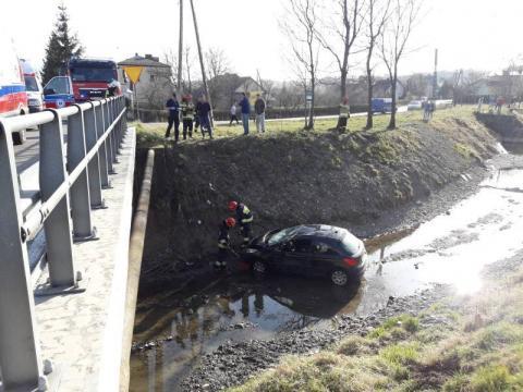 Dramatyczny wypadek w Gostwicy. Samochód wpadł do potoku i dachował