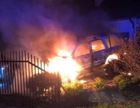Nocny pożar w Chełmcu. Samochód stanął w ogniu, zagrożony był też dom [ZDJĘCIA]