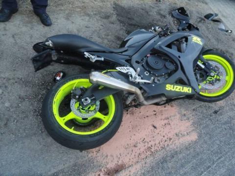 Wypadek na drodze krajowej. Motocyklista uderzył w samochód dostawczy
