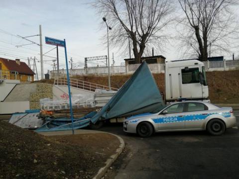 Ciężarówka zaklinowała się pod wiaduktem na ulicy Zielonej [ZDJĘCIA]